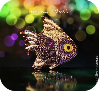 Рыбка брошь с гранатом и аметрином. Гранатовая  рыбка- брошь с плавником из аметрина вышита драгоценным бисером в том числе с золотым покрытием 24К.    Отличный подарок, не оставит никого равнодушным)  Размеры позволяют носить ее, как на одежде, так и на…