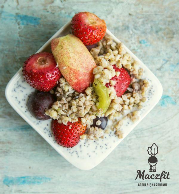 Sałatka owocowa z kaszą gryczaną i jogurtem z makiem - nie ma to jak zdrowo powitać dzień! #pomysł #na #zdrowe #śniadanie #truskawki #kiwi #kasza #gryczana #jogurt #mak #sałatka #owocowa #inspiracja #mniam #pycha #catering #dietetyczny #maczfit #fitfood #bowl