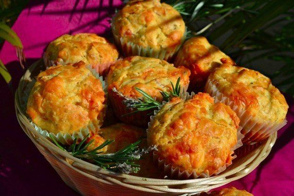 Muffins with ham, cheese and herbs - http://wonderdump.com/muffins-with-ham-cheese-and-herbs/