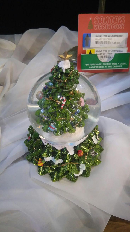 Tree snow globe ay Santa's wearhouse