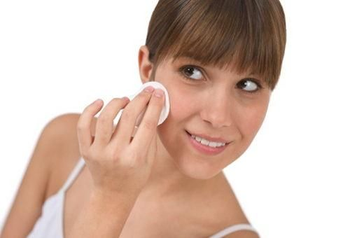 Por diferentes razones el tono de la piel se puede ir perdiendo y no solo en zonas como en la cara sino en otras partes del cuerpo como el cuello, los brazos o