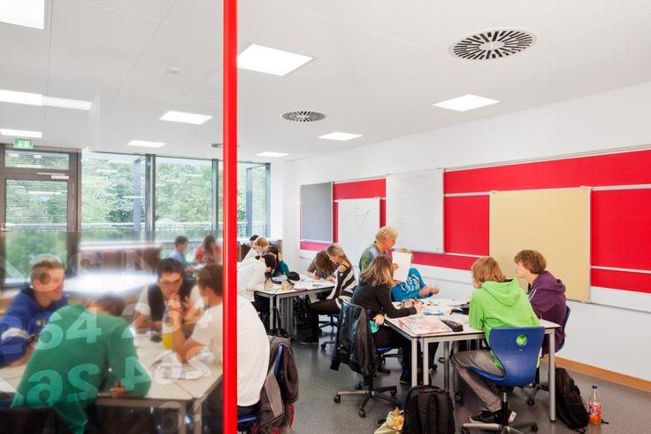 Berufliche Schulen des Werra-Meißner-Kreises - diese Schule kommt dank einer optimalen Raumakustik ohne Türen im Gebäude aus. Eine der weltweiten Referenzen für offene Lernlandschaften. Akustikdecken von Ecophon