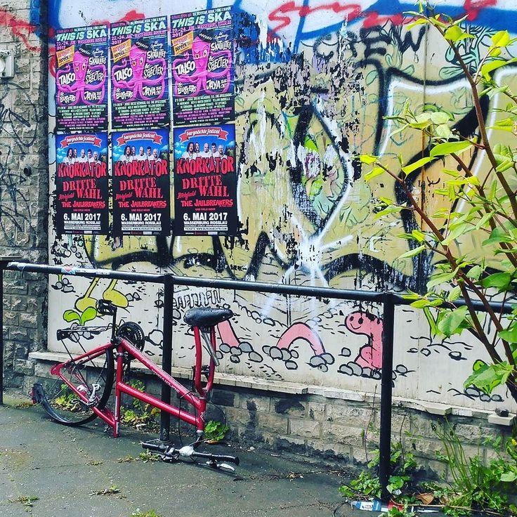 Losting bike and streetartwall in Leipzig. So ein bisschen wir früher in Kreuzberg. #bike #fahrrad #leipzig #leipzigram #leipzigartig #graffito #grafitti #bicycle #berlin #kreuzberg #streetlife #streetart #artstreet #streetstyle #lipsia #art #wallart #wand #kunst #spray #instapicture #instapic #sunday #sonntag #gutenmorgen #goodmorning #weekend #wochenende #