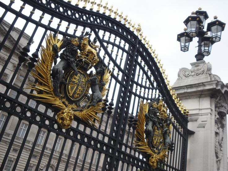 Gate. Buckingham Palace. London/UK