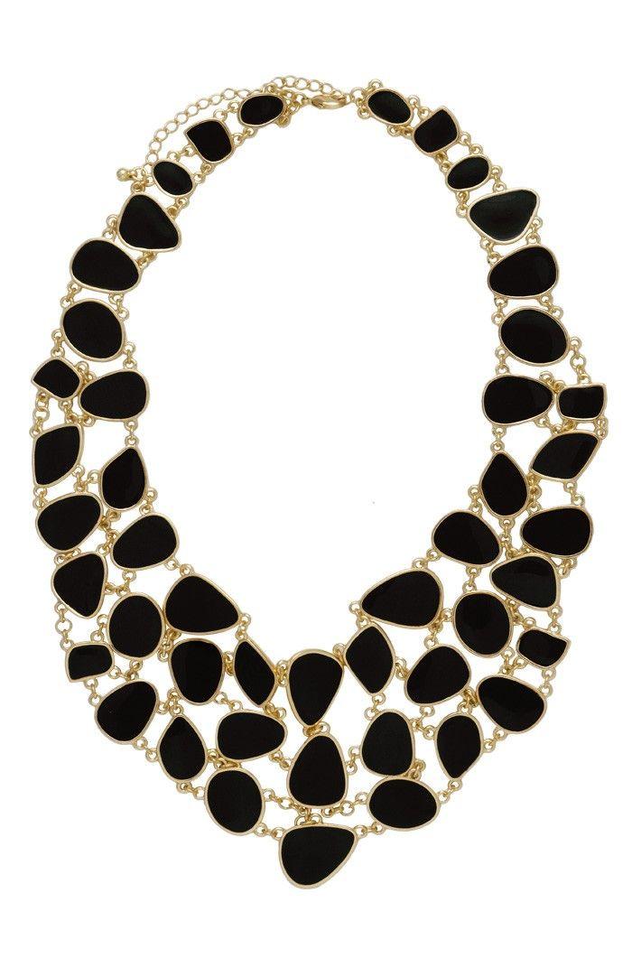 O maxi colar mosaico negro é super elegante. Essa bijuteria fina pode ser mesclada com uma roupa de cor forte, para dar um destaque ao acessório. Banhada a ouro, essa peça finalizará seu look de uma maneira sensacional. Dimensões: 45 cm de comprimento aberto e 7,5 cm de extensor. Peso: 119 gramas.
