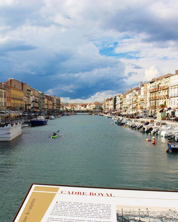 Le CADRE ROYAL à Sète  . . A Sète le canal joue le rôle de Place Publique. Non seulement la ville a grandi autour de lui mais elle s'y donne en spectacle. .  Ici entre les deux ponts dans cette partie du canal appelée Cadre Royal se déroulent tout au long de l'été les très populaires tournois de joutes nautiques et ce depuis juillet 1666. .  SÈTE (34)  #pintadesete  ______ #cityguide #southOfFrance #SudDeFrance #cityTrip #frenchBlogger #blogueuse #blog #blogueusedusud #pintademontpellier…