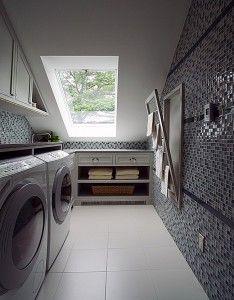 Откидная сушилка для белья выглядит универсально, и для ультрасовременного интерьера узкой ванной комнаты станет идеальным решением