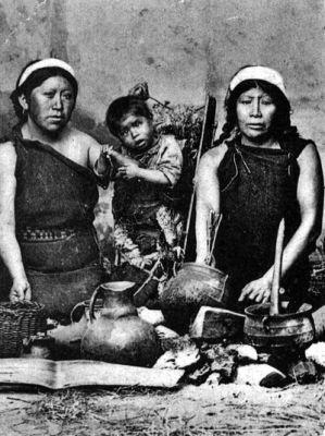 1885. Mapuches Alfareras mapuches.