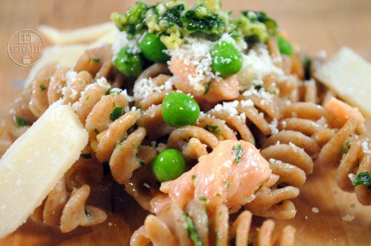 Pasta, zalm en rucola….dat is een hele lekkere combinatie. Dit is een gerecht wat binnen een mum van tijd op tafel staat. De pesto maak je al eerder bijvoorbeeld in het weekend. Op de dag dat je pasta wil gaan eten is het een kwestie van het erdoorheen scheppen en klaar! Wat heb je nodig voor 4 personen? 500 gram (spelt)pasta 1 pakje gerookte zalm 4 eetlepels rucolapesto 100 gram diepvriesdoperwten geraspte Parmezaanse kaas om mee te garneren 2 eetlepels pijnboompitten voor de garnering…