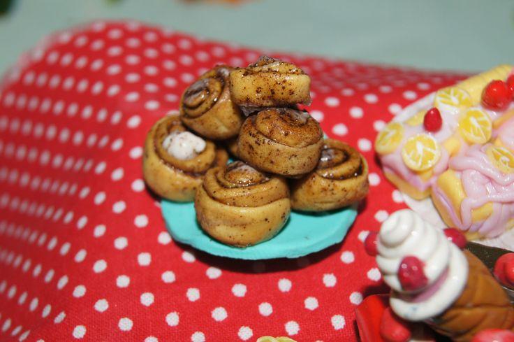 Мини еда - булочки с корицей из пластики