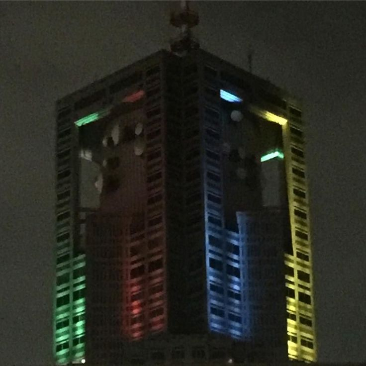 The top of the Tokyo Metropolitan Government building is lit up in Olympics colors now that the Rio Olympics is over. Ganbatte Tokyo Olympics 2020! #sjpintokyo2016 #tokyo #japan #tokyoolympic2020