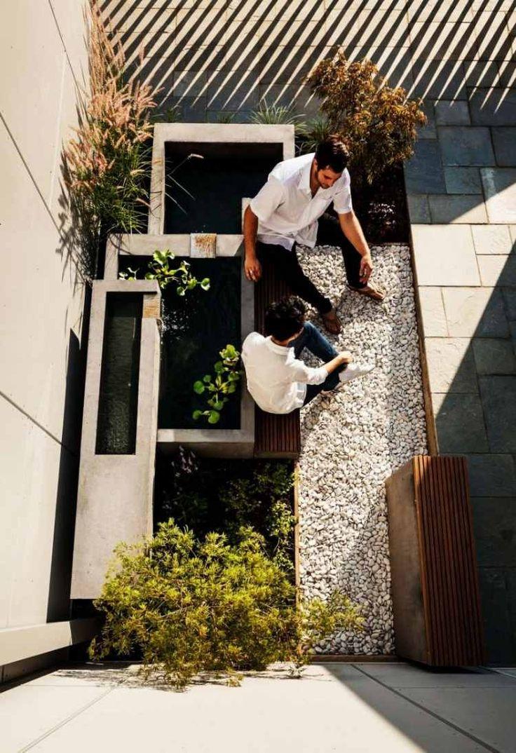 fontaine de jardin et galet décoratif blanc pour décorer la terrasse extérieure
