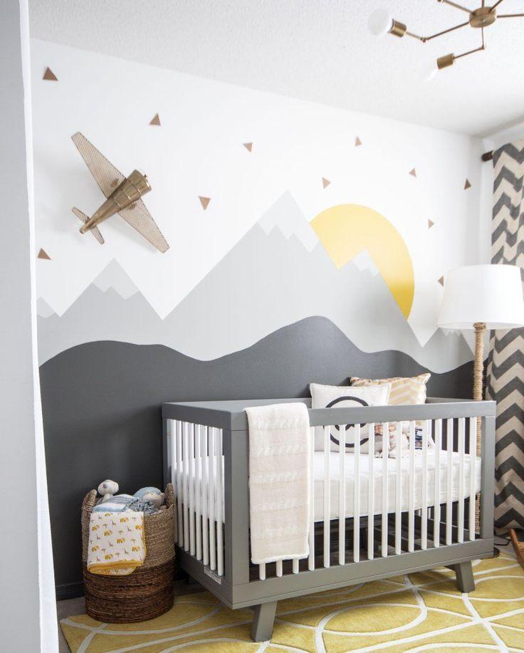Stanzetta moderna per neonato, divertente e giocosa con una scena di montagna dipinta sul muro - Colori grigio e giallo luminoso e allegro