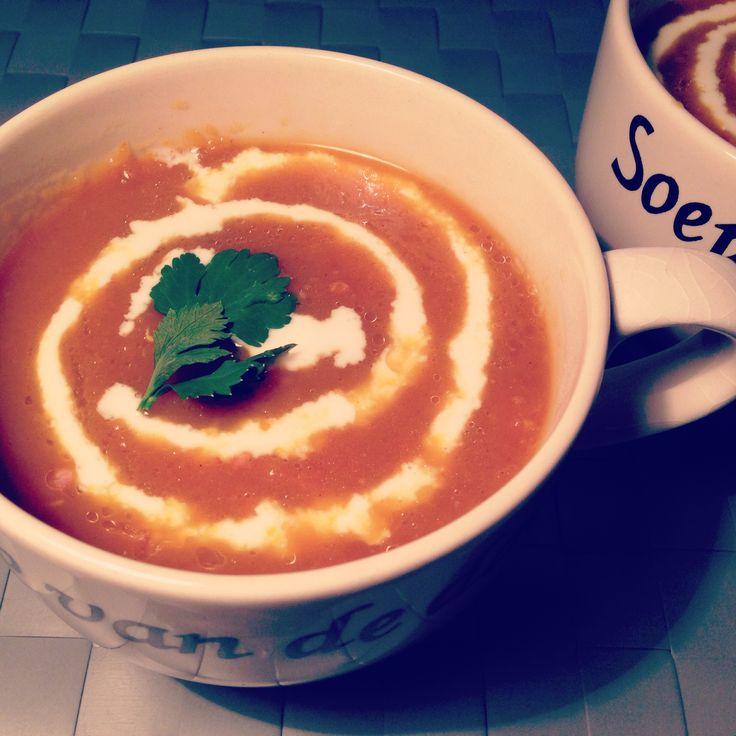 Overheerlijke pompoensoep! Echt een aanrader! Recept: http://eetlustig.blogspot.nl/2011/12/pompoensoep-met-kerrie.html  Zelf heb ik er op het laatst nog gebakken spekjes aan toegevoegd, jammie!