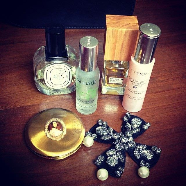 Beauty accessories kit. Fashion blogger Ana Morodan suggestions. Pearls forever.  https://www.facebook.com/laura8official