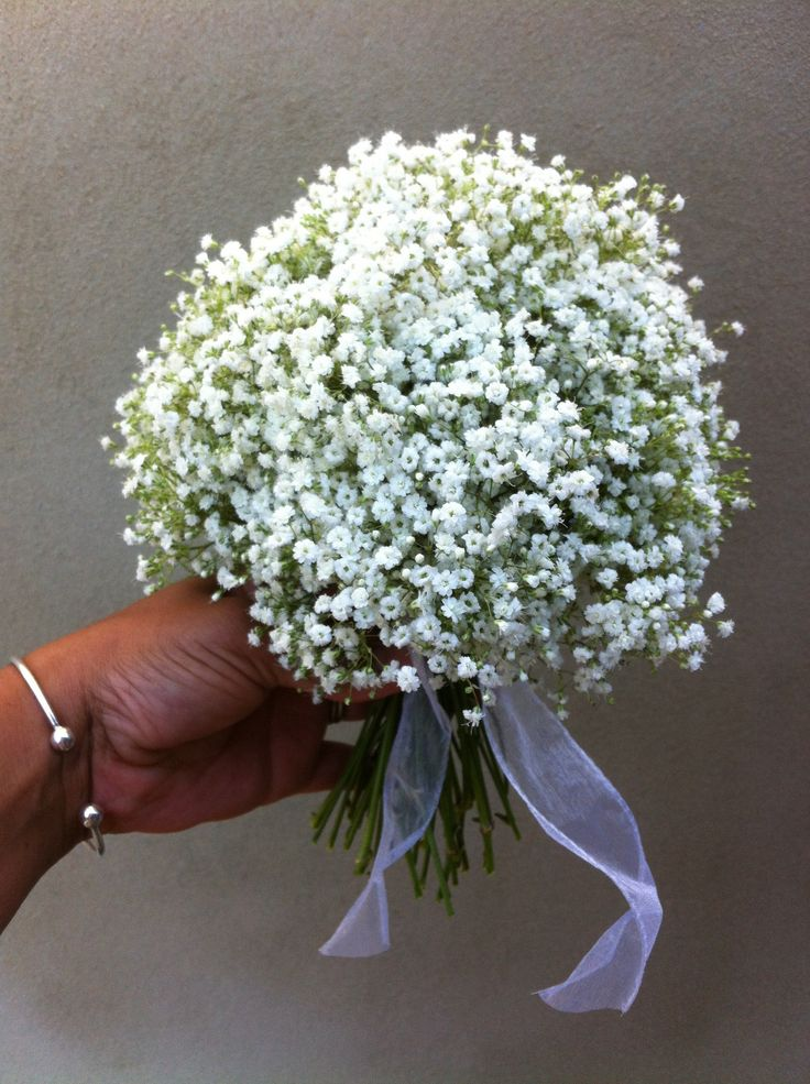 Bridesmaids bouquets with tailed ribbon handle