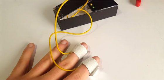 Se trata de un sencillo detector de mentiras que utiliza un Arduino Nano como controlador principal, una resistencia y tres diodos LED