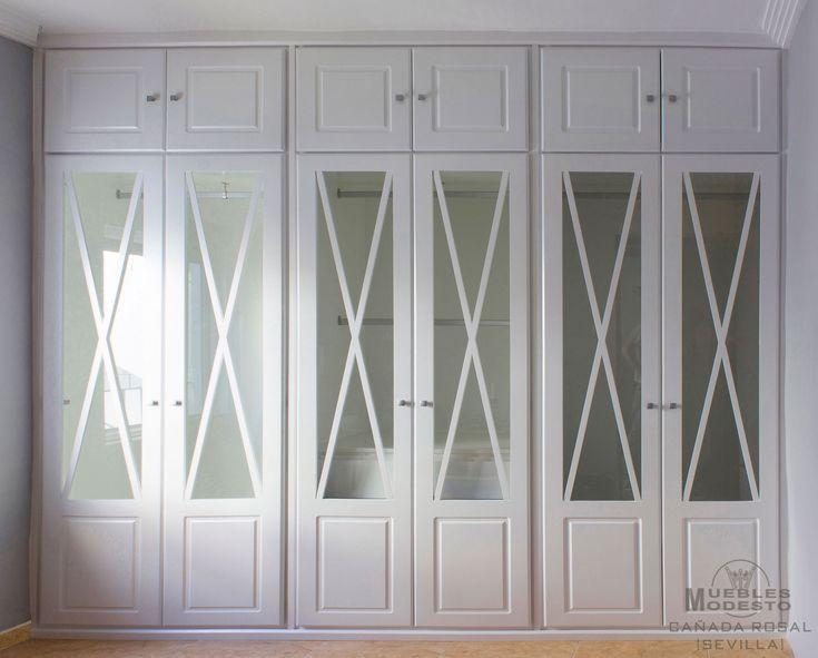 Armario empotrado a medida sin obra de albañilería de 6 puertas abatibles con altillo independiente, color blanco, crucetas para las puertas de visillo y cajonera interior.