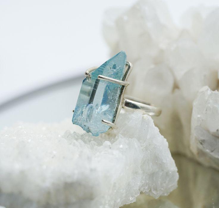 """⠀⠀⠀Аква Аура Кварц """" Aqua Aura Quartz"""" получен путём облагораживания обычного кварца (горного хрусталя) золотом, в результате кристалл имеет невероятное сияние и глубокий голубой цвет с переливом ⠀⠀⠀⠀ ⠀⠀⠀А так же этот кристалл обладает волшебным свойством очищения и выравнивания ауры✨✨✨ ⠀⠀⠀⠀"""
