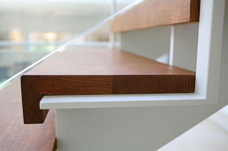 קונסטרוקציה כפולה דקה קו תחתון ישר בשילוב מדרגות עץ - שרון מעקות ומדרגות