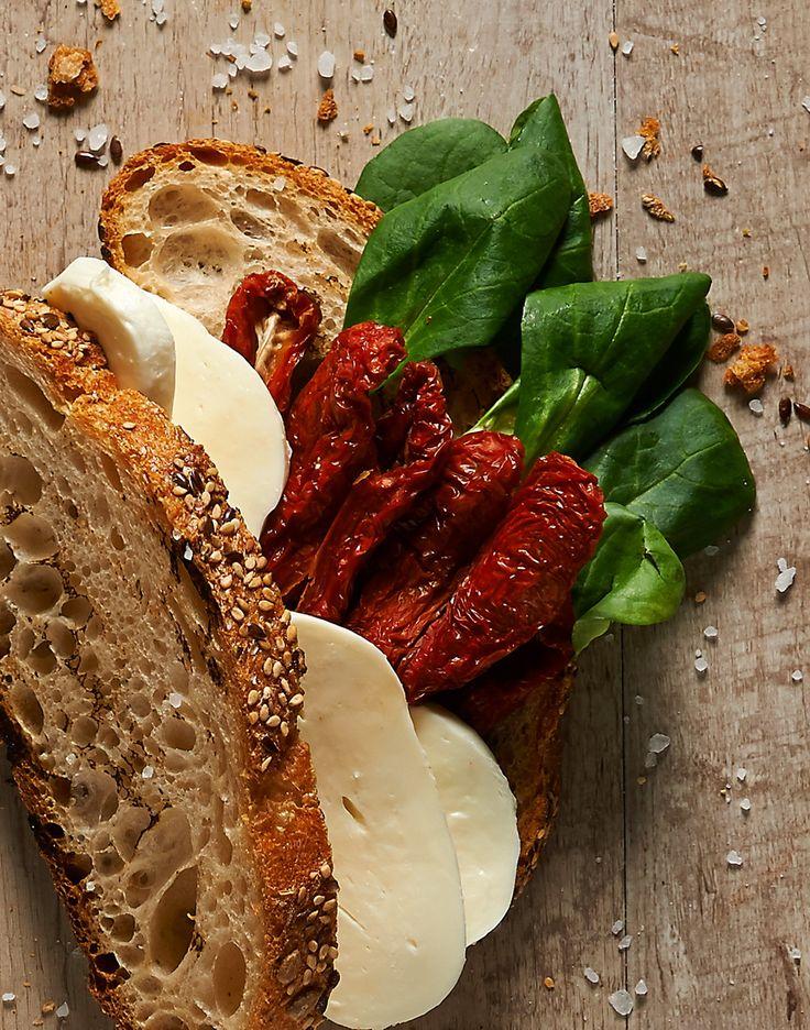 Pane di #cereali con lievito madre, Insalata #scarola, o #lattughino (secondo stagione), #scamorza di #bufala, #pomodori secchi... gustosissimo e patriottico in questo clima...da mondiale! #ricettemondiali #SanoAppetito #APEristoro