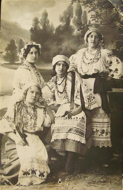 Portrait of women in Ukrainian folk dress, 1914.