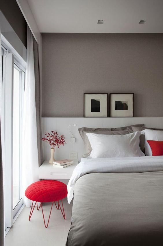 arquitetura do imóvel: A parede atrás da cama, com ou sem cabeceira, é o ponto focal mais importante do quarto.