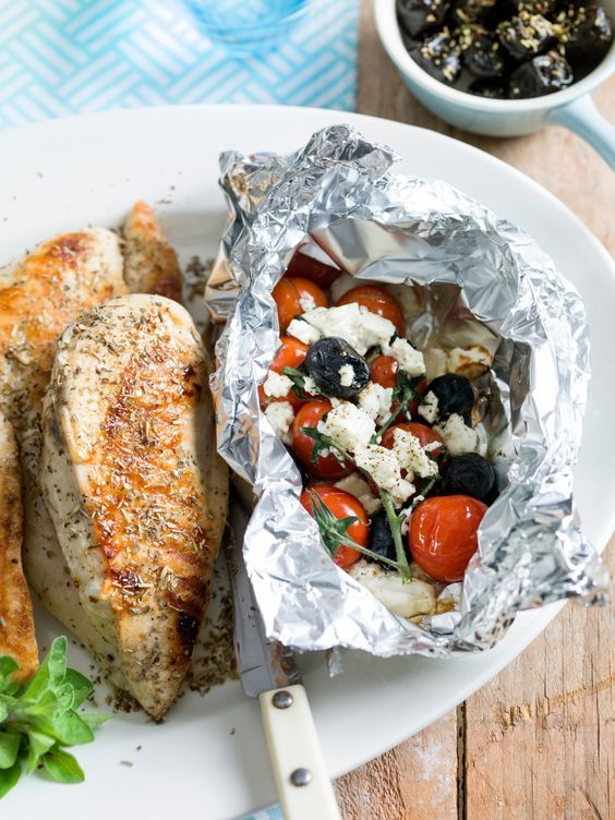 Papillot van tomaten, feta en olijven met gegrilde kipfilet - Libelle Lekker