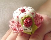 finger pincushion!Adorable Fingers, Alfiler Anillos, Alfileres Anillos, Finger Pin Cushions, Pincushions Pinkeep, Aluminum Earrings, Rings Pincushions, Crafts, Fingers Pincushions Lov