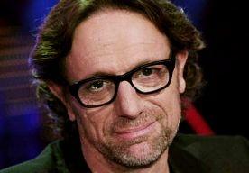 23-Apr-2013 8:06 - ERIC VAN TIJN: ARTIESTEN STAKEN DOLK IN EWBANKS RUG. Muziekproducer Eric van Tijn is niet te spreken over de artiesten van het koningslied. Hij vindt dat ze componist John Ewbank hebben laten…...