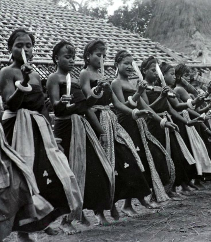 Sumbanese women in ceremonial costumes dancing on the festive occasion of the completion of a new house in the village. ca. 1940 ||| Source; page 16, Ethnic Jewelery from Indonesia ~ http://issuu.com/edmbooks/docs/ethnic_jewellery_from_indonesia