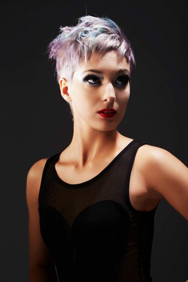 corte de cabello corto con mucha y colores gris lila y azul