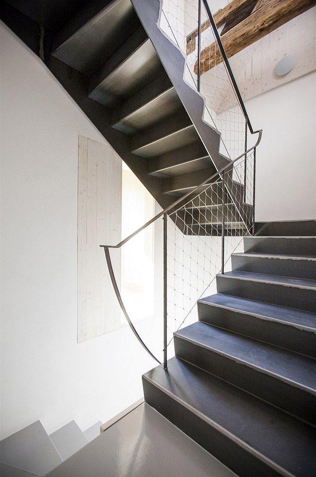 Při bourání hlavního domovního schodiště se při odkrytí dubových nášlapů našel nápis dokládající, že schodiště bylo postaveno v roce 1923.