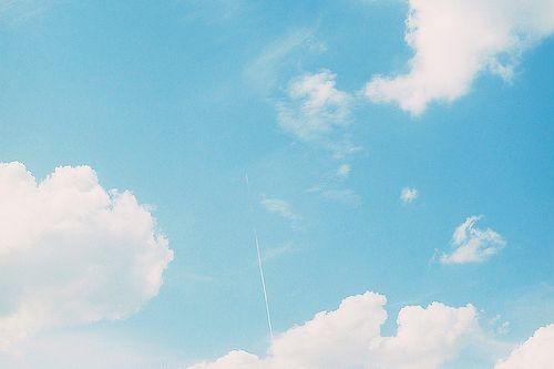 パリの青空に一本の白い線 (by koion)
