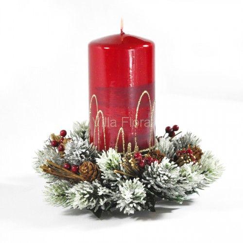 Piękny stroik świąteczny na grubą świecę z VillaFlora.pl skomponowany z ośnieżonych sztucznych gałązek świerkowych i naturalnych modrzewiowych szyszek, z czerwonymi jagodami.