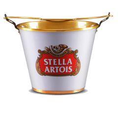 O balde para gelo da Stella Artois vai dar um toque de sofisticação e bom gosto em sua casa, como a cerveja, que é uma das mais apreciadas do mundo e produzida com exigente controle de qualidade em seus ingredientes.