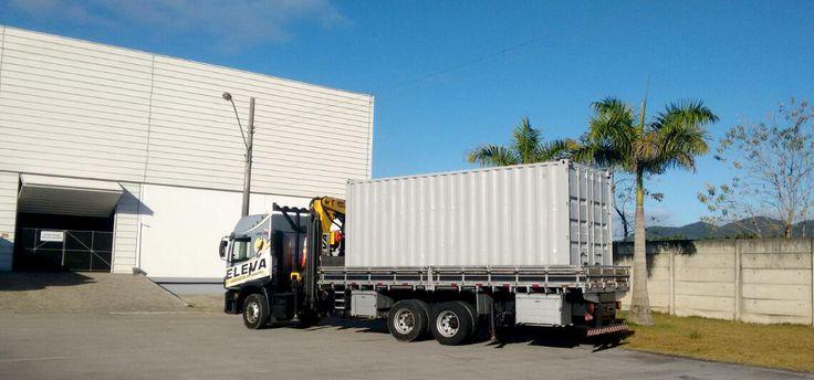 Transporte de Container: O caminhão munck é equipamento com sistema hidráulico para movimentação, içamento e transporte de grandes cargas. Ele é ideal para o transporte de containers e seu içamento facilitando a carga e descarga  Transporte e Munck integrados. Realizar um transporte com munck é muito vantajoso quando se trata de volumes pesados que apresentem dificuldade na carga e na descarga, agilizando seu trabalho com segurança.