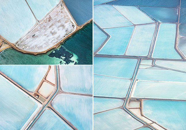 """Numa infinidade azul, o premiado fotógrafo Simon Butterworth encontrou um verdadeiro paraíso que mais parece uma obra de arte. Os campos de sal da Austrália são revelados por meio de fotografias aéreas impressionantes, que formam imagens que podem ser facilmente confundidas com pinturas abstratas. As fotos foram tiradas em Shark Bay, o ponto mais ocidental do país, a bordo de um avião que voou a 4 mil e 5 mil pés do chão. As belas imagens fazem parte de uma extensa série chamada """"Aesthetics…"""