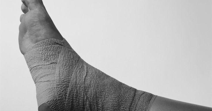 Remédios para pés & tornozelos inchados. O velho remédio RGCE—repouso, gelo, compressão e elevação—para pés e tornozelos inchados devido a uma lesão é uma fórmula testada e comprovada que funciona. No entanto, o inchaço, ou edema, pode ocorrer também devido a outros motivos. E a melhor solução para o problema sempre depende da sua causa.