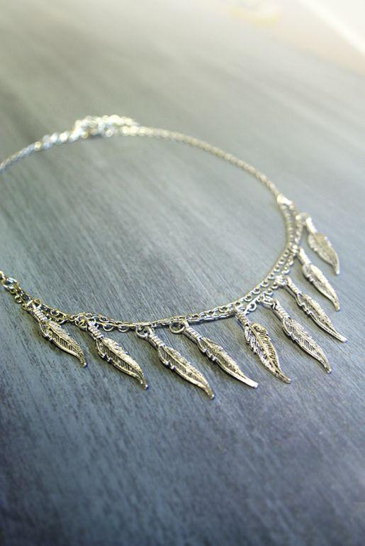 Bohemiskt halsband med fjädrar – silver | Foxboheme - Ett kort silverpläterat halsband i bohemiskt stil med silvriga fjädrar. Fjädrarna är 3cm långa