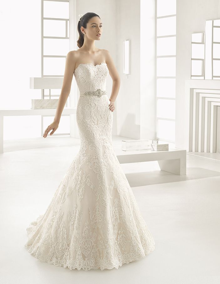 Estilo - Mermaid-style beaded lace dress with sweetheart neckline, in natural.