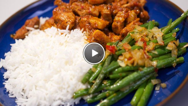Babi ritja ritja (pittig gestoofd varkensvlees) en snelle sambal goreng boontjes - recept | 24Kitchen