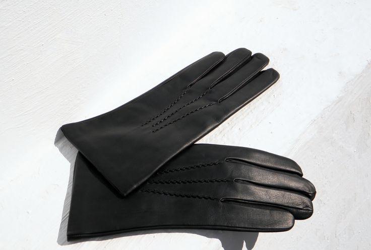 Pánské rukavice černé s hedvábnou podšívkou Pánské kožené rukavice s hedvábnou podšívkou, která v zimě hřeje a v teple chladí - jsou celoroční. Vaše ruce s těmito rukavicemi budou cool. Zdobeno ruční výšivkou. Barva: Černá (viz foto),na optání možná i hnědá. Proč zvolit rukavice s hedvábnou podšívkou? Hedvábná podšívka je celoroční. Lze ji nosit na ...