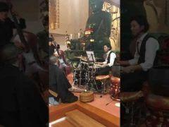 めちゃめちゃかっこいいお経ジャズ  日蓮宗のお寺妙常寺神奈川県で 11月に開催された音楽イベントJazz三昧に行われたドラマーベーシストお坊さんの3ピースバンドのセッションらしいんだけどめっちゃかこいいしお経があってる(笑)   そもそもなぜお寺でジャズって感じだけど 本来のお寺の役割は人生を豊かにする方法を発信することという住職の考えから音楽イベントを開催したそうな  そう考えると不思議でもないかも 何しろかっこいです