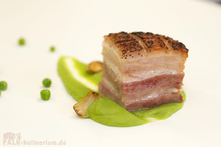 Langzeitgegarter Schweinebauch Sous-Vide (48 Stunden bei 64°C) mit grünem Erbsenpüree Dieser Schweinebauch hat wahrlich eine lange Küchenreise hinter sich. 36 Stunden in der Pökellage, 48 Stunden S…