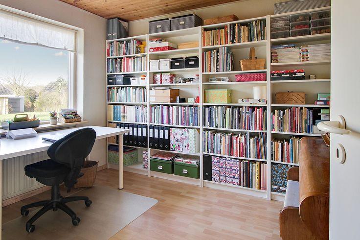Kontor/arbejdsværelse. På stueplan indeholder huset: Køkken i åben forbindelse med stue og spisestue, 2 værelser, gæstetoilet, baggang med trappe til kælder og entre med trappe til 1. salen.