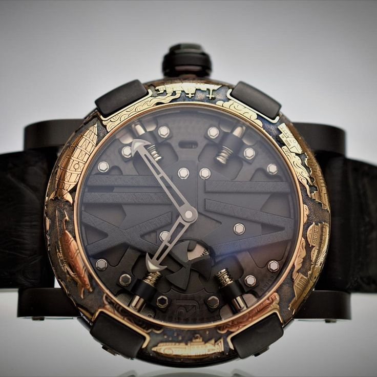 RJ-Romain Jerome, The Steampunk 50 Auto model is enhanced with a meticulously engraved red gold bezel with Steampunk elements.