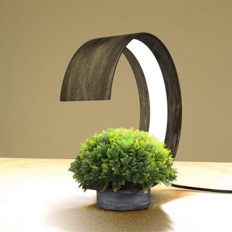 Lampara de escritorio y maceta elaborada en metal y su base en concreto.  Esta lámpara de escritorio y a su vez maceta, tiene un diseño que combina la tranquilidad de las plantas y lo funcional de la lampara, lo que le va da un valor agregado a los espacios. Su factura y trabajo artesanal están pensados para aprovechar la luz artificial LED y dar la luz que necesitan varias plantas que se utilizan en interiores. Este objeto es ideal para su hogar.