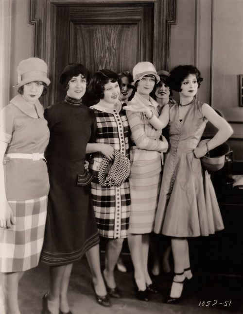Clara Bow (age 22) with a group of fashionable friends (1927).