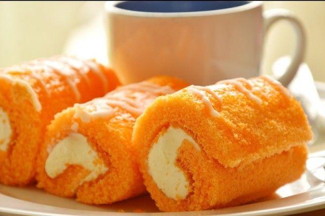 I rotolini soffici all'arancia con crema al latte sono dei dolcetti morbidi e dal sapore fresco e intenso. Ecco la ricetta